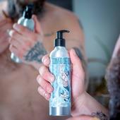 """🤜 Pourquoi """"Combo de douche"""" ? 💥 ⠀ Parce que ce gel nettoyant au parfum envoûtant de chanvre enchaîne 3 actions incroyables : ⠀👨🦱 Nettoyant visage ⠀🧔 Shampoing barbe ⠀🧍♂️ Gel douche pour le corps ⠀ Notre barbu spécialiste des plantes, le Cannapothicaire, vous a concocté une formule à partir de 99,5% d'ingrédients d'originenaturelle, dans un flacon costaud en aluminium et avec une pompe sécurisée, pour l'emporter partout ! ⠀ Rappel : le SHORYUKEN c'est ➡️⬇️↘️ + 🤜 ⠀ ⠀ #cavabarber #barbe #barbu #shampoingbarbe #geldouche #cosmetiquebio #cosmetiquenaturel #zerodechet #aluminium #streetfighter #bagarre #3en1 #beard #bearded"""