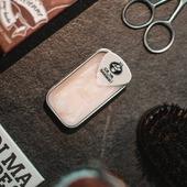 """Chez """"Ça va barber !"""", c'est au poil de moustache près ! 🎯 ⠀ Tous nos baumes à barbe et notre cire à moustache sont : 💡Conditionnés dans des boîtes en aluminium coulissantes ; pratique, même d'une main ! ⠀🎸 Accompagnés d'un médiator pour prélever la juste quantité, avec précision ! (ou faire croire que vous connaissez le guitariste d'un groupe de barbus ! ) ⠀♻️ Recyclables, rechargeables et une fois vide vous pouvez y ranger lames de rasoirs, vis, petits composants, pièces d'or etc. ⠀ #cavabarber #Lyon #barbe #barbu #baumepourbarbe #baumeabarbe #cosmetiquevegan #vegan #beard #beardbalm #rechargeable #recyclage #zerodechet #cosmetiquebio #naturel"""