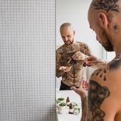 """☝️""""Après une rude journée de travail ou de vacances, rien ne vaut une bonne torgnole de bûcheron !"""" - Proverbe de barbu des bois ⠀ 🌲 Le parfum de notre huile et baume pour barbe """"à la Bûcheron"""" est un mélange d'huiles essentielles d'eucalyptus, d'épinette noire et de géranium ! Bon pour la peau, les poils et le moral ! 💪 ⠀ ⠀ 📸 @photographe_mariage_belgique pour @boutiquegreenmeow #cavabarber #Lyon #barbe #barbu #huilepourbarbe #huileabarbe #slowcosmetique #madeinfrance #baumeabarbe #baumepourbarbe #tattoo #tattoostyle #beard #bearded #barbershop #bagarre"""